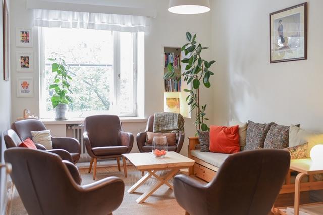 Työhuone missä työnohjaus järjestetään. Huoneessa tuoleja ja sohvia.